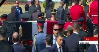 بالفيديو.. خروج جثمان الرئيس الأسبق حسنى مبارك من  مسجد المشير لبدء