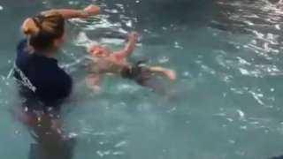 سيدة تثير الجدل بسبب طريقتها في تعليم رضيع السباحة