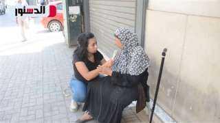 «فايزة» بائعة مناديل زوجها طردها: «لا أطلب سوى علاجى» (فيديو)